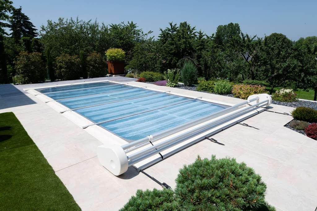 Pour assurer la sécurité de la piscine, cette couverture multifonction est équipée de barres et de filets en aluminium. Elle s'adapte à toutes les piscines jusqu'à 51 m2 de surface et d'une longueur maximale de 10,70 mètres. © Waterair