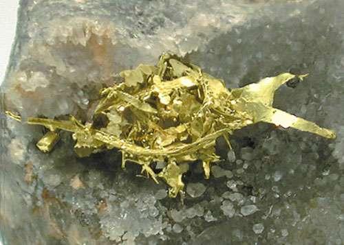 L'électrum est un mélange solide d'or et d'argent. © Webmineral, tous droits réservés