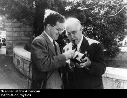 Aage Bohr et son père Niels Bohr, tous deux prix Nobel de physique. Crédit : AIP Emilio Segre Visual Archives