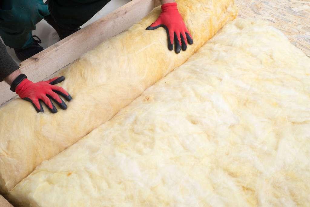 La pose d'un isolant par un professionnel de l'isolation thermique. © Smole, Adobe Stock