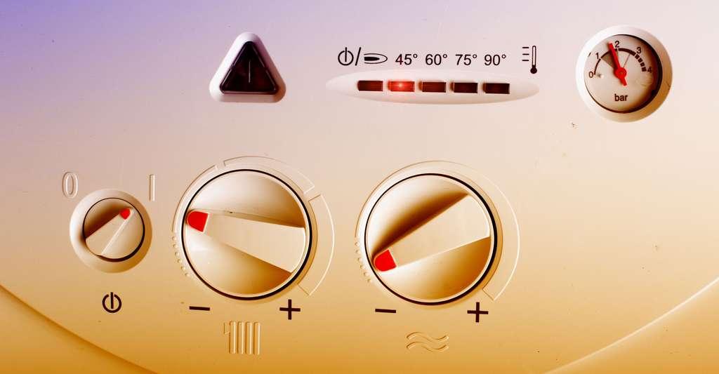 Détail d'un panneau de pompe à chaleur. © Budimir Jevtic, Shutterstock