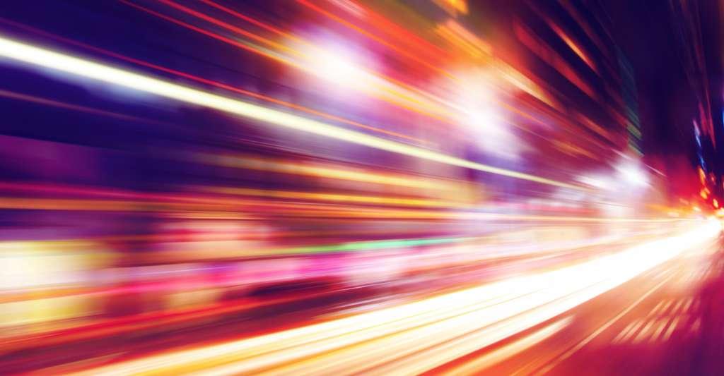 Vous savez que rien ne se déplace plus vite que la lumière et vous vous rappelez que cette conclusion émane de la théorie de la relativité générale d'Einstein. © Elenamiv, Shutterstock