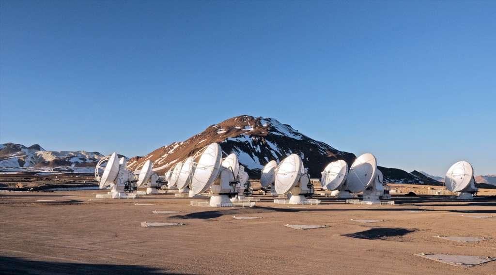 Plusieurs antennes d'Alma installées sur site, le plateau de Chajnantor, à plus de 5.000 mètres d'altitude. L'ensemble des 66 antennes sera installé d'ici fin 2013. © ESO