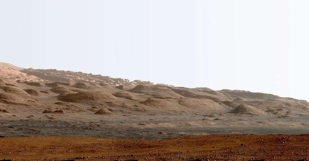 Une partie des strates du mont Sharp, le principal objectif de Curiosity. Les roues du rover permettront-elles au rover d'arpenter ses strates d'argiles ? © Nasa, JPL
