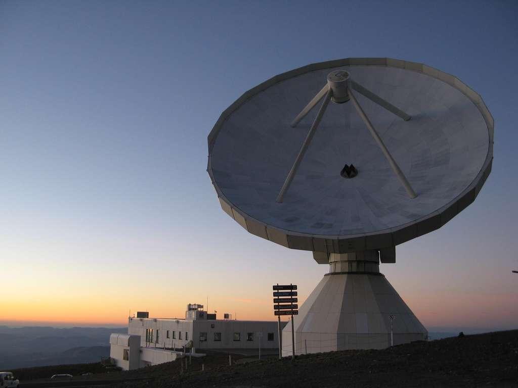 Radiotélescope de 30 m de l'IRAM, situé dans la Sierra Nevada près de Grenade en Espagne. © N. Biver, Observatoire de Paris, LESIA