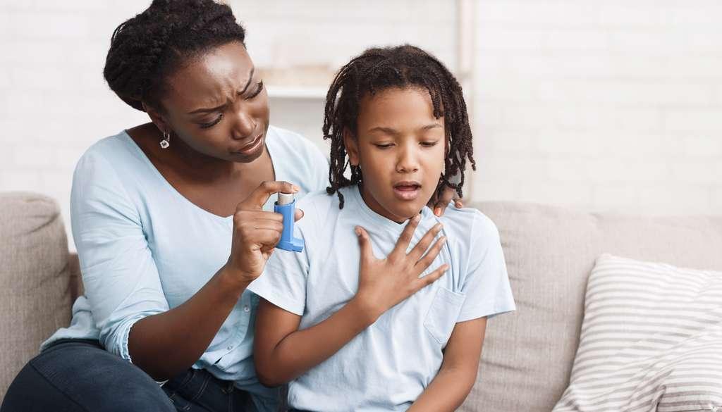 Moins d'antibiotiques dans la petite enfance réduirait considérablement le risque d'asthme. © Prostock-studio, Adobe Stock