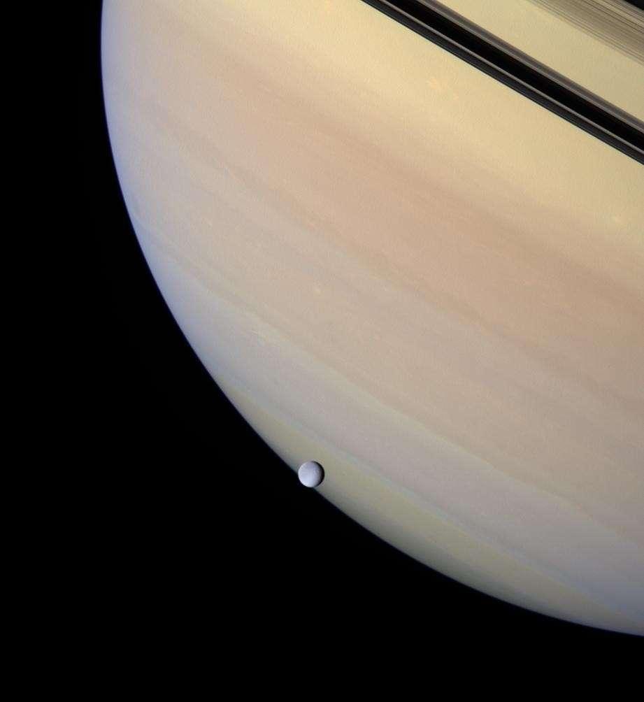 Rhéa passant devant Saturne. © Nasa