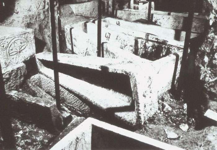 Fig. 4 - Fouille du sous-sol de la basilique Saint-Denis, au centre le sarcophage 49 (d'Arégonde) renversé. © Commission du Vieux Paris