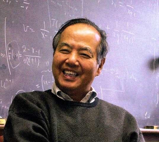 Élève d'Enrico Fermi, comme Ettore Majorana, le prix Nobel de physique Tsung-Dao Lee, que l'on voit ici, a découvert théoriquement avec son collègue Chen Ning Yang que les forces nucléaires faibles violaient la symétrie de parité. Aujourd'hui, on sait que cela signifie que seuls les neutrinos gauches participent aux interactions électrofaibles. © China Center of Advanced Science and Technology