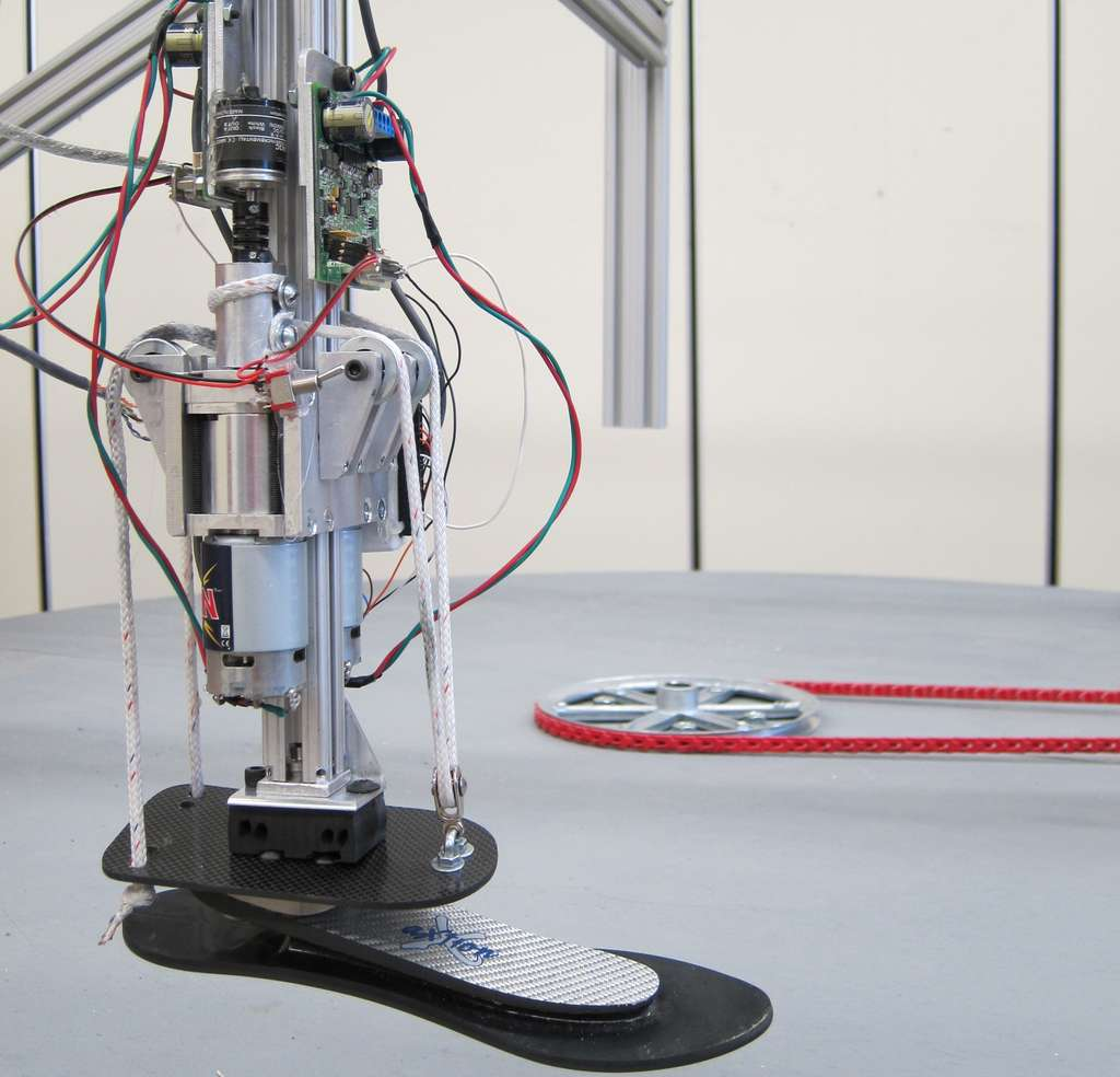 Le prototype de cheville-pied bionique conçu par une équipe de l'université du Michigan repose sur un système de tringlerie à câbles commandé par des servomoteurs et un boîtier électronique. L'intérêt de cette configuration est que la partie servomoteurs-boîtier peut être dissociée de la prothèse afin de l'alléger et de lui assurer une plus grande mobilité. © Michigan Technological University