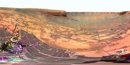 Opportunity face au cratère Lyell. Bientôt, une de ses soeurs décollera de Mars... © Nasa