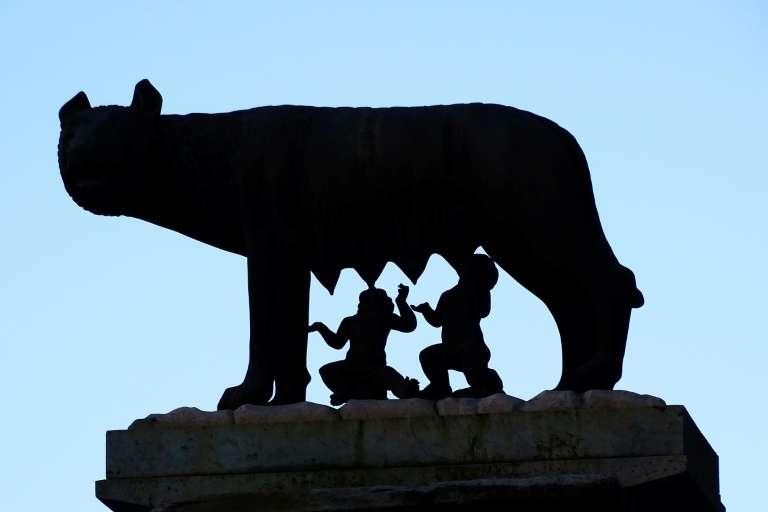 La louve du capitole (Lupa Capitolina), sculpture en bronze représentant une louve nourrissant les deux frères jumeaux, Romulus et Remus, située près du capitole, à Rome. © Vincenzo Pinto, AFP, Archives