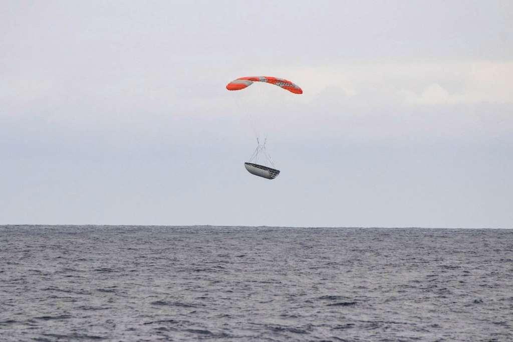 Une demi-coiffe du Falcon 9 vue depuis le bateau Mr Steven sur lequel elle devait atterrir. Elle a raté sa cible de moins de cent mètres ! © SpaceX