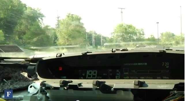 Sur cette image, le tableau de bord d'une Toyota Prius est contrôlé par les chercheurs Charlie Miller et Chris Valasek. Il affiche une vitesse fictive de 199 mph (miles per hour, plus de 320 km/h), alors que le véhicule est immobile. © Forbes, IOActive, YouTube