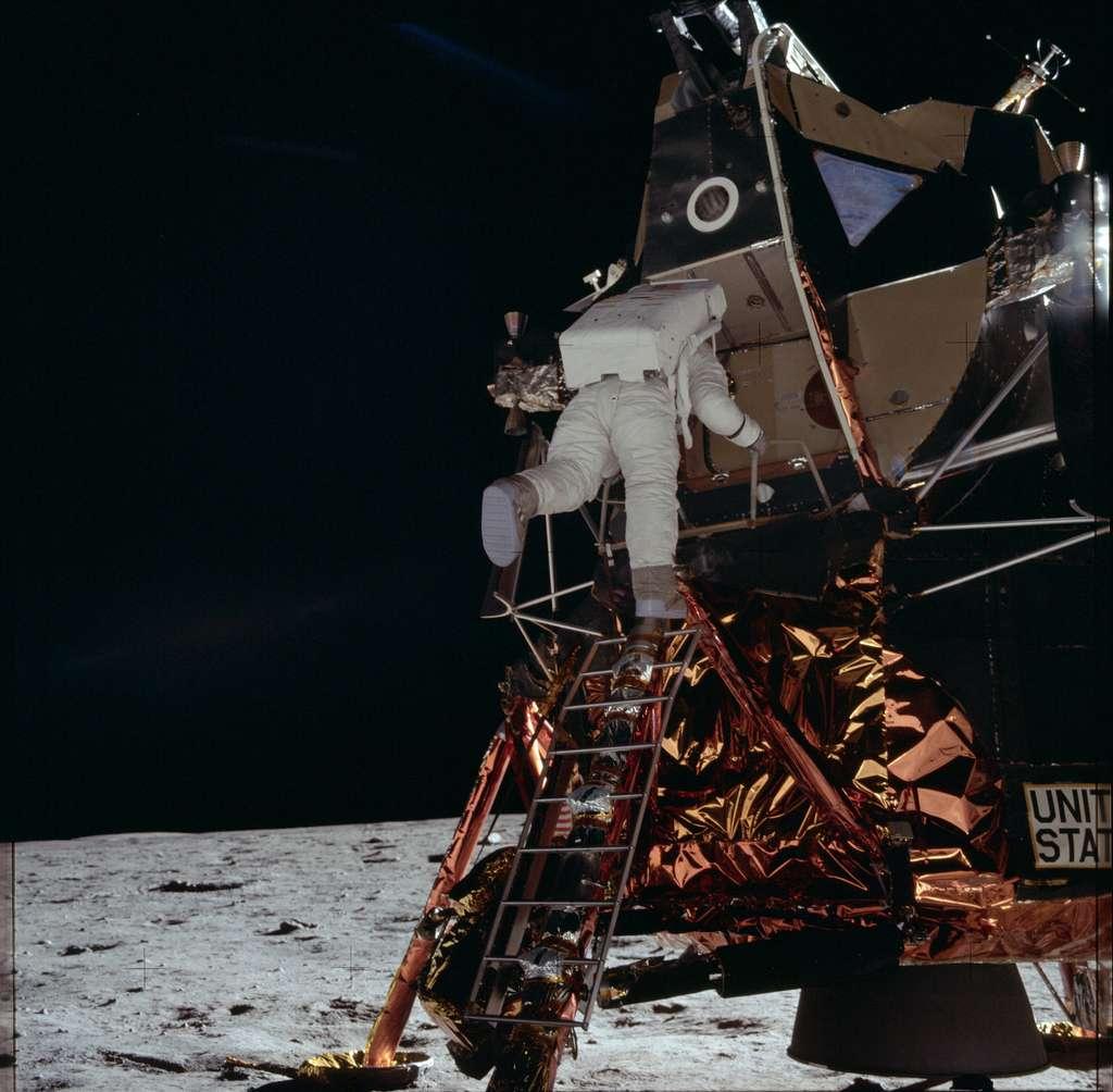 En 2002, la théorie du canular lunaire fait l'objet d'un nouveau documentaire, «Opération Lune» diffusé sur Arte, cette fois. Un faux documentaire, en réalité. Qui montre qu'il ne faut pas croire tout ce que l'on nous raconte, que l'on peut faire mentir les témoins, truquer les archives, détourner n'importe quel sujet par un faux sous-titrage ou un faux doublage. Objectif : montrer qu'il est aisé pour quelques conspirationnistes de manipuler les faits par les images. © Project Apollo Archive, Flickr, Domaine public