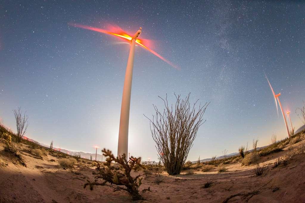 Les éoliennes doivent comporter des feux rouges qui clignotent la nuit. © slworking2, Flickr, CC by-nc-sa 2.0