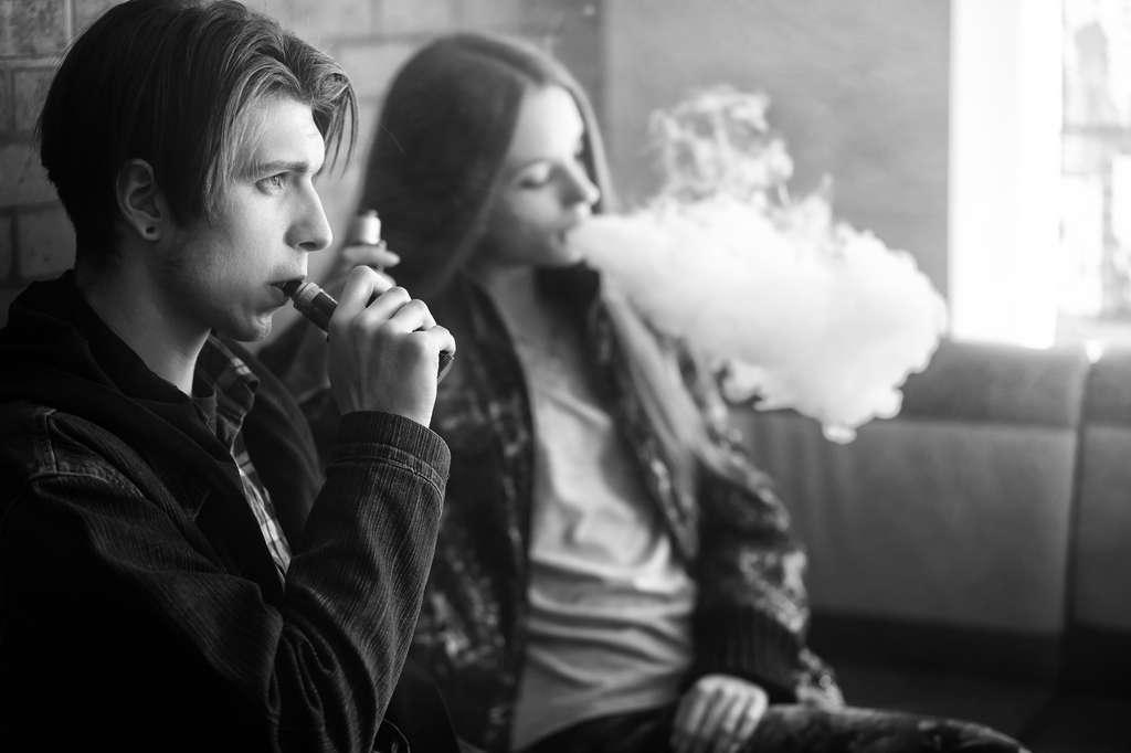 L'interdiction des e-cigarettes aromatisées vise à protéger la jeunesse. La vapeur contient des particules fines qui pénètrent les poumons. Il y a de « nombreuses substances potentiellement toxiques », a conclu un rapport des Académies américaines des sciences, en 2018. © aleksandr_yu, Fotolia