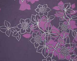 Intissé + vinyle, au décor floral rehaussé d'un effet velouté. Couleur secondaire métallisée. Avec raccord (non précisé). Lessivable, en rouleau de 0,53 x 10,05 m (environ 14 €). © Chantemur