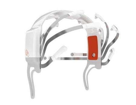 Une série d'électrodes (14 sont visibles sur cette images) sont à répartir sur le crâne. Elles sont capables, nous dit-on, de capter les signaux cérébraux à travers la chevelure. La société n'indique pas si les chignons et les cheveux crépus ont été testés... © Emotiv