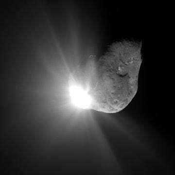 Image spectaculaire de la Comète Tempel, 67 secondes après impact (Crédits : NASA/JPL)