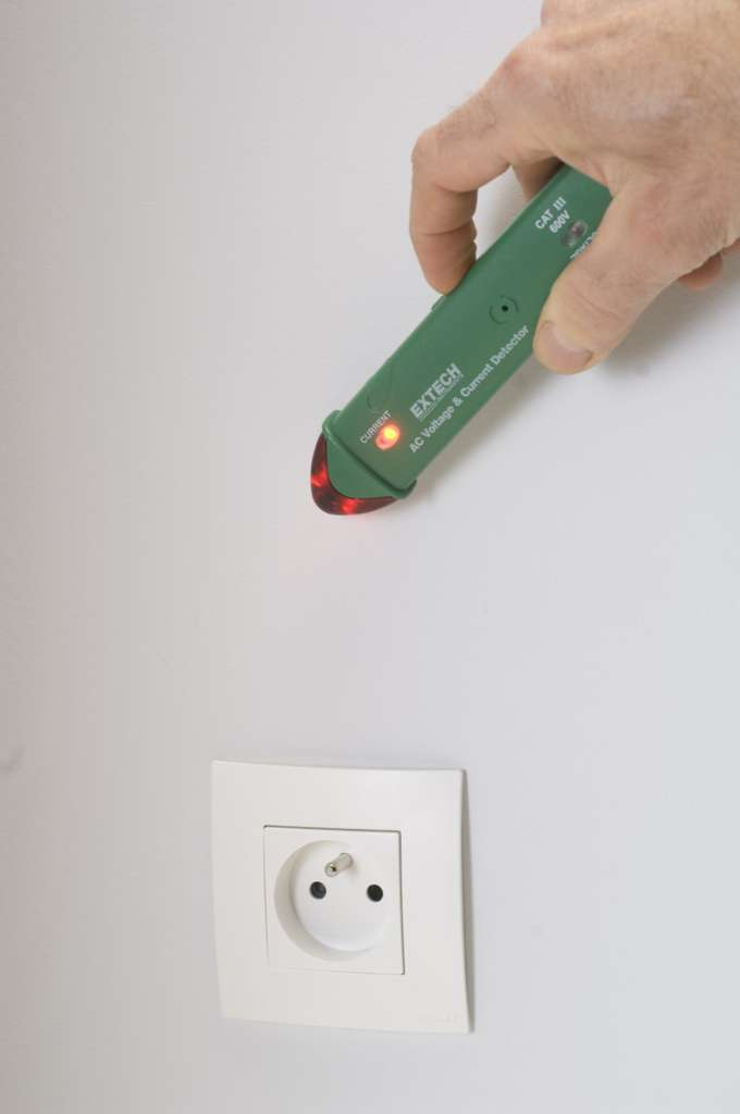Il est impératif de détecter les circuits électriques avant de réaliser une saignée dans un mur. © C. Hochet, Rustica
