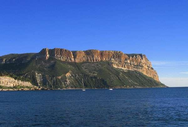 Le cap canaille, entre Cassis et La Ciotat. La grotte Cosquer se situe, elle, à Marseille. © AB