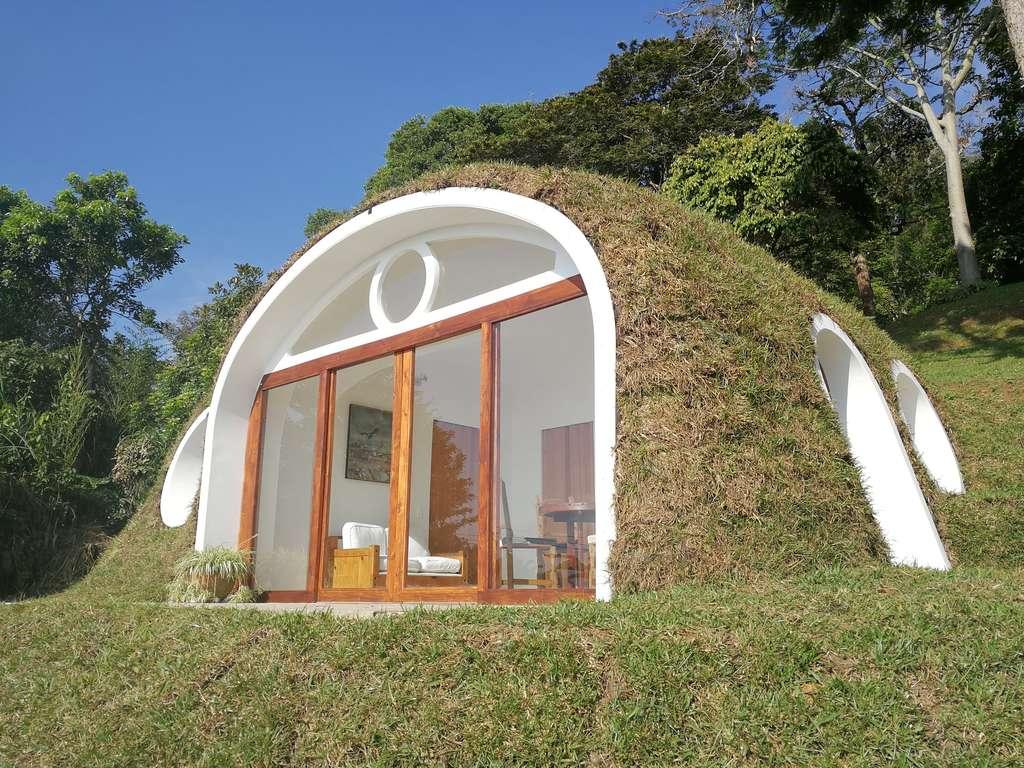 La structure de la maison est fabriquée à partir de bouteilles en plastique recyclées. © Biotekt