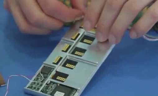 Sur cette capture d'écran issue d'une vidéo tournée par Google, on distingue le châssis modulaire Endo avec ses compartiments de tailles différentes. On y glisse les modules (écran, processeur, batterie, capteurs, caméra, etc.) qui sont maintenus en place par des connecteurs électromagnétiques. Google a prévu de proposer trois tailles de châssis. © Google ATAP