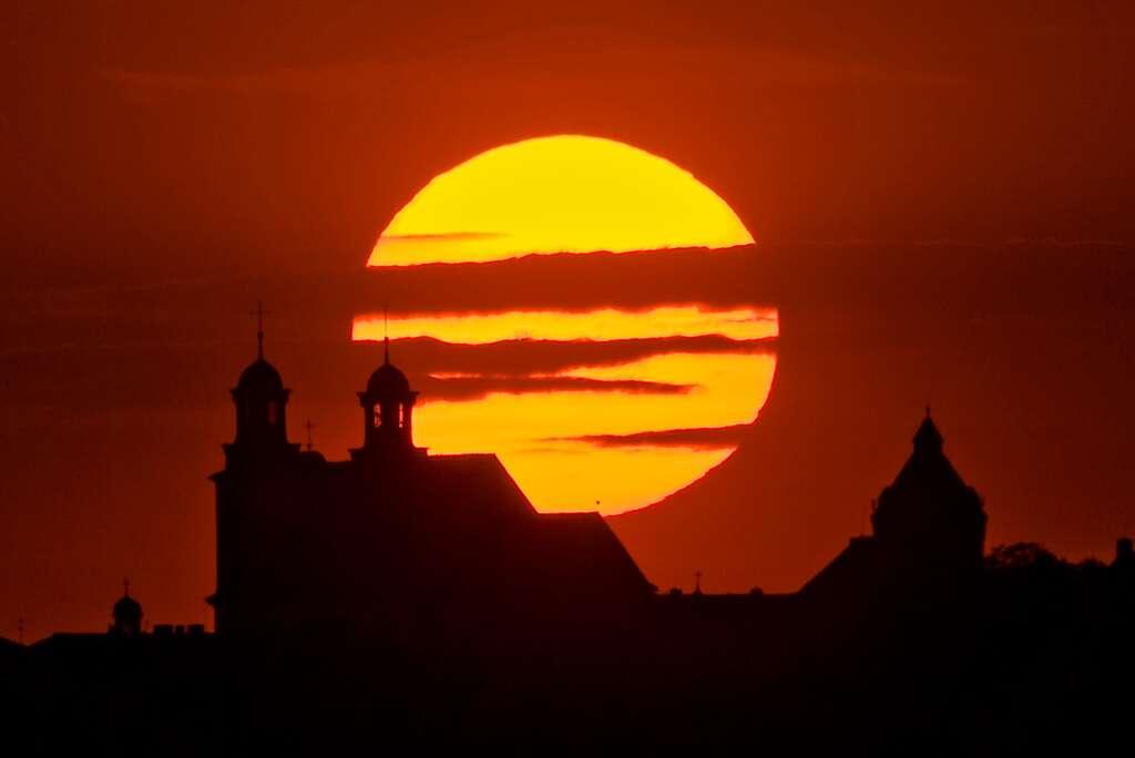 La petite Mercure se rapproche du bord du Soleil alors que celui s'apprête à se coucher. Image prise à Kcynia, en Pologne. © Marek Nikodem via Spaceweather.com