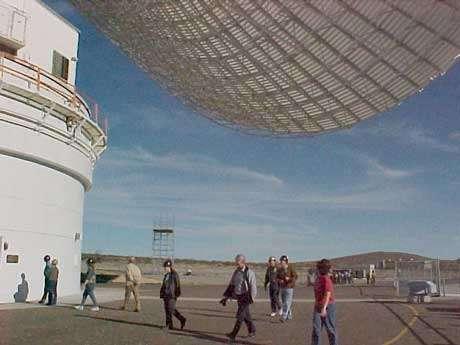 Radiotélescope : Sous l'antenne parabolique de 70m de Golstone intégrée au réseau DSN de la NASA. ll s'agit de la plus grande antenne orientable dédiée aux télécommunications spatiales. © UCLA/RADHEP