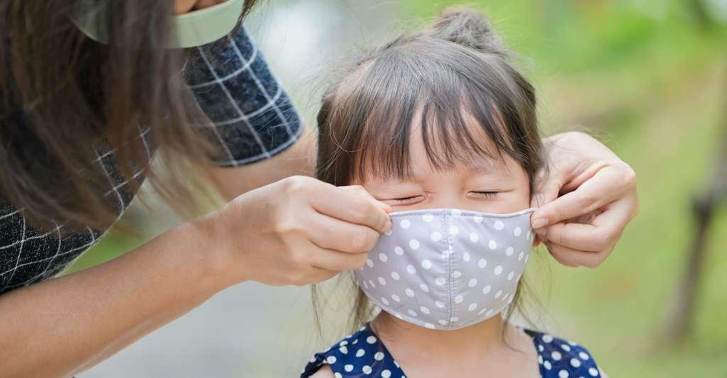 Les travaux des chercheurs de l'université de Chicago (États-Unis) montrent aussi qu'un masque mal ajusté peut conduire à une réduction de son efficacité de filtration de plus de moitié, quel que soit le tissu employé. © jes2uphoto, Adobe Stock