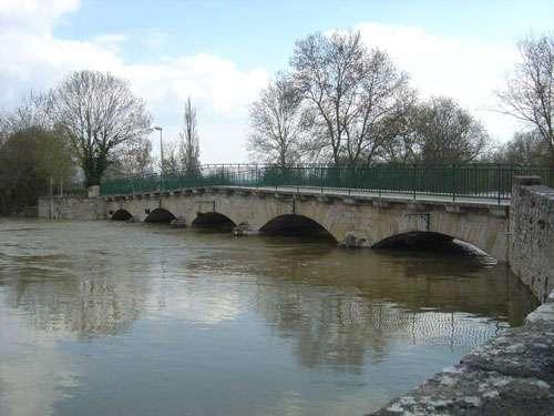 Messeugne - La Grosne en crue à Messeugne (département de Saône-et-Loire) le 11 avril 2006. Une semaine plus tard, la rivière a retrouvé son lit. © J.-M. Bardintzeff