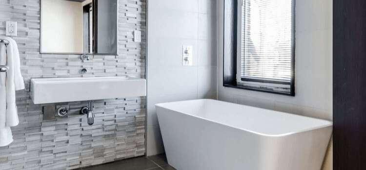 Les déstockages sont parfaits pour économiser sur les meubles de salles de bains. © Castorama