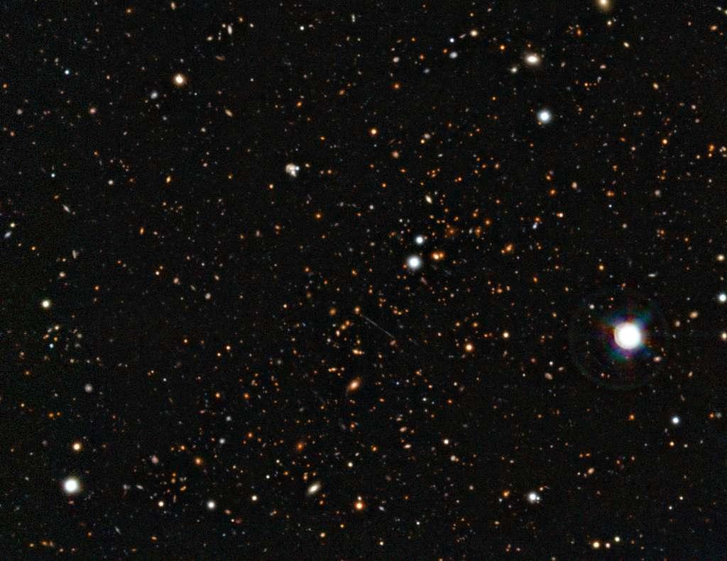 Cette vue de l'amas de galaxies El Gordo (ACT-CL J0102-4915) a été obtenue en combinant les images du VLT et celles du télescope Soar. © ESO/Soar