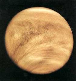 Image de Vénus en fausses couleurs prise par la sonde Mariner 10 en 1974 qui montre la structure nuageuse très dense empêchant de voir la surface. © Nasa