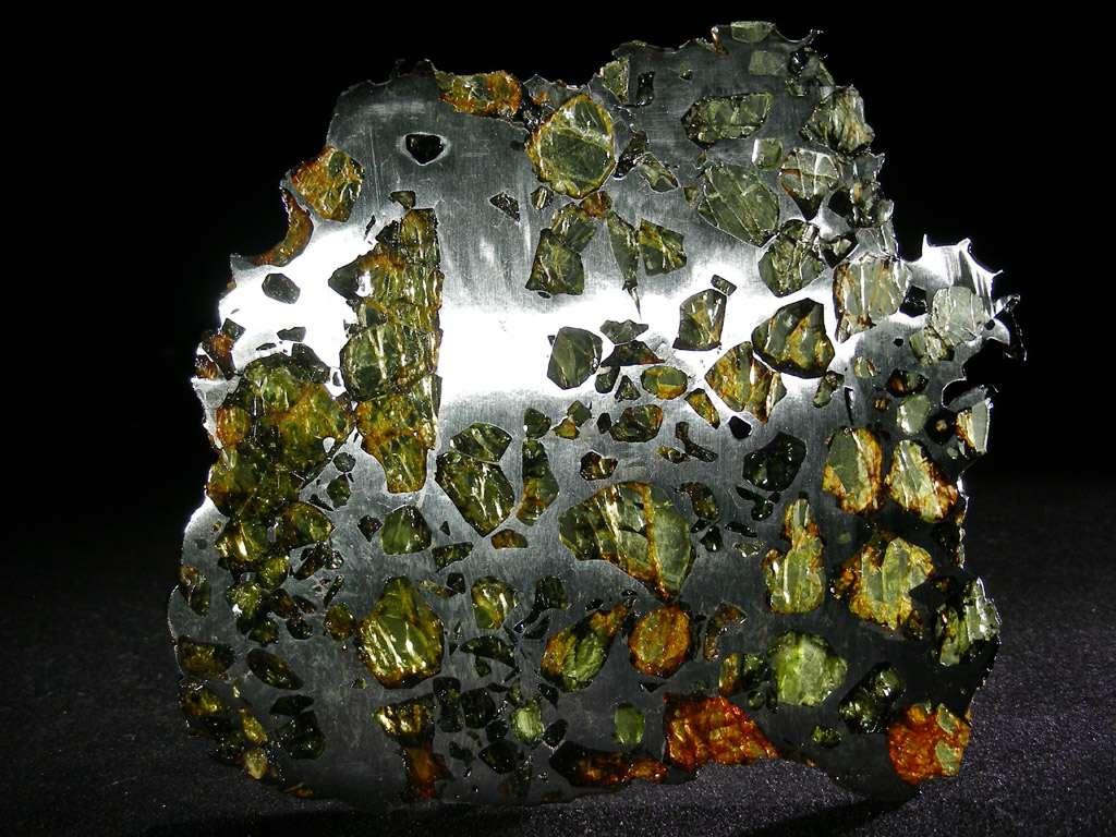 On voit ici un échantillon de la météorite d'Esquel tombée en Argentine. C'est une météorite mixte : une pallasite composée de fer, nickel et olivine. C'est la plus belle des pallasites et la plus belle des météorites esthétiquement parlant. Elle a été découverte en 1951. © L. Carion, carionmineraux.com