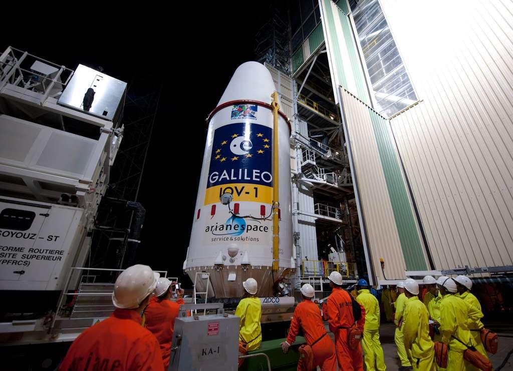 L'étage Fregat transporté au pied du lanceur pour y être intégré à l'intérieur du portique mobile, en toute sécurité. © Esa/S. Corvaja, 2011