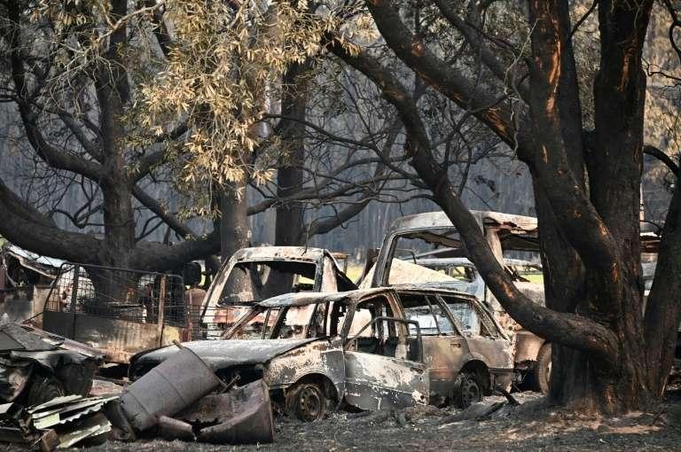 Des carcasses calcinées de véhicules après des incendies de brousse à Old Bar à 350 kms au nord de Sydney le 11 novembre 2019. © Peter Parks, AFP