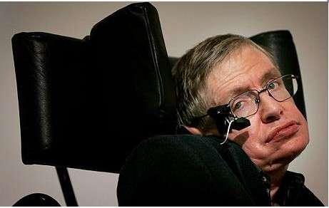 Le professeur Stephen Hawking, qui a fêté ses 71 ans le 8 janvier dernier, vit depuis 50 ans avec la maladie de Charcot qui l'a presque totalement paralysé et privé de l'usage de la parole. Il communique grâce au capteur infrarouge installé sur l'une des branches de ses lunettes. Ce capteur détecte les contractions des muscles de sa joue et lui permet de contrôler l'interface de son ordinateur. Intel travaille à améliorer cette installation afin de la rendre plus efficace et facile à piloter, car l'état du professeur Hawking s'est encore dégradé. © Stephen Hawking