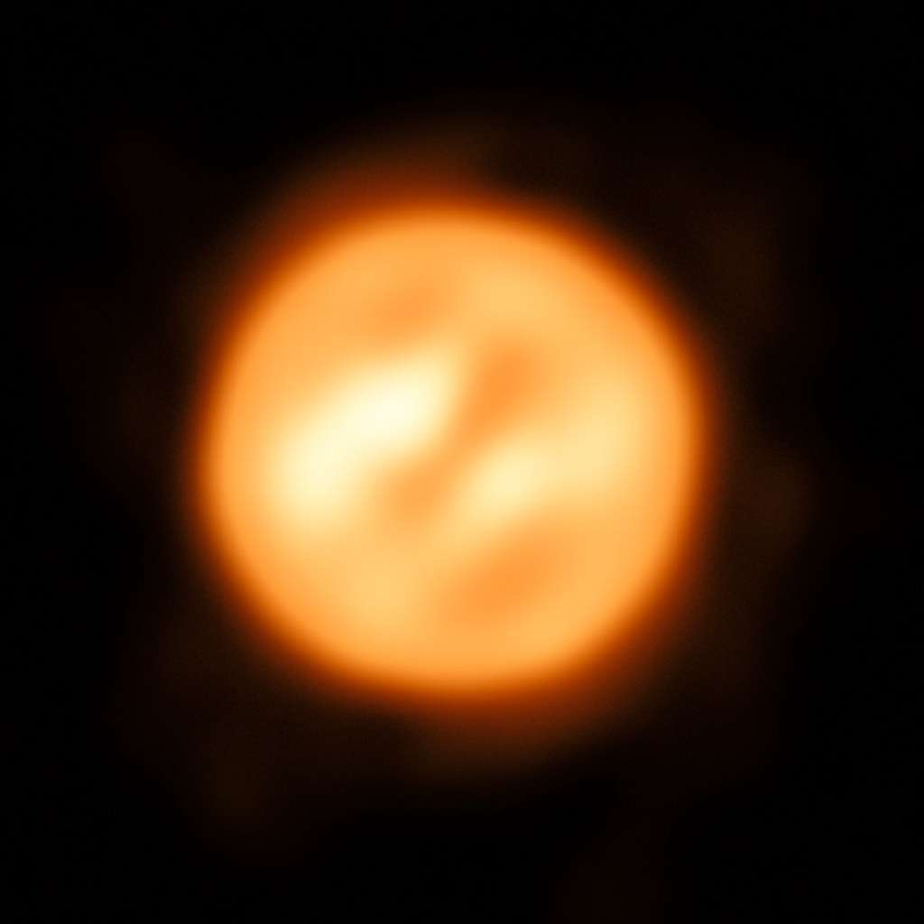 Grâce au VLTI, les astronomes ont réalisé cette magnifique image de la supergéante rouge Antarès. C'ets à ce jour l'image la plus détaillée d'une étoile autre que le Soleil. Remarquez les taches lumineuses. © ESO, K. Ohnaka