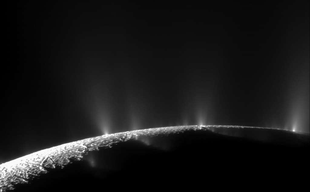 Les geysers d'Encelade sont situés dans une région proche de son pôle sud baptisée « les rayures du tigre » (quatre crevasses longues d'environ 130 km nommées Alexandrie, Caire, Bagdad et Damas). Sur ce sondage réalisé en 2010, plus de 100 geysers ont été observés. © Nasa, JPL, Space Science Institute