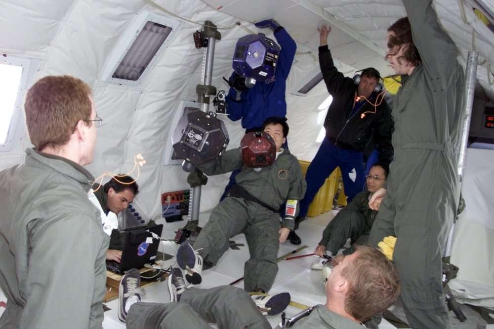 Les Spheres à l'essai dans l'avion KC-135 de la Nasa lors d'un vol « zéro G », c'est-à-dire simulant une situation d'impesanteur. © Nasa