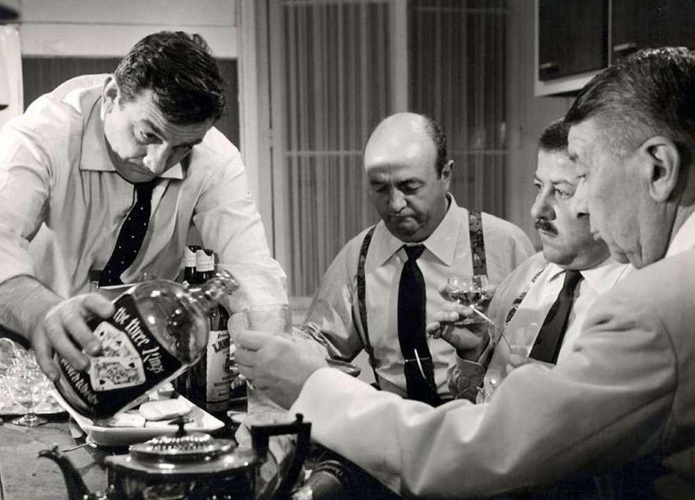 Le film Les Tontons flingueurs (1963, de Georges Lautner, ici la scène de la cuisine) doit-il être prescrit sur ordonnance et remboursé par la Sécurité sociale ? Quoi qu'il en soit, il est bon pour le cœur, c'est scientifiquement prouvé... © DR