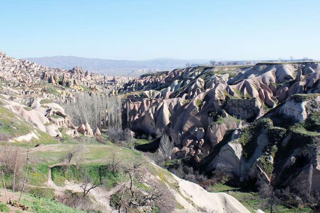 À üçhisar, dans la Cappadoce turque, des cheminées de fées, formées de cendres volcaniques soudées puis sculptées par l'érosion, ont été creusées en habitats troglodytes. © Claude Valette, CC by-nc 2.0