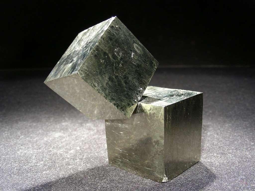 La pyrite est une espèce minérale composée de disulfure de fer, de formule FeS2. Son nom dérive d'un mot grec signifiant littéralement « pierre à feu ». La forme cristalline dominante de la pyrite est celle d'un cube. © L.Carion, www.carionmineraux.com