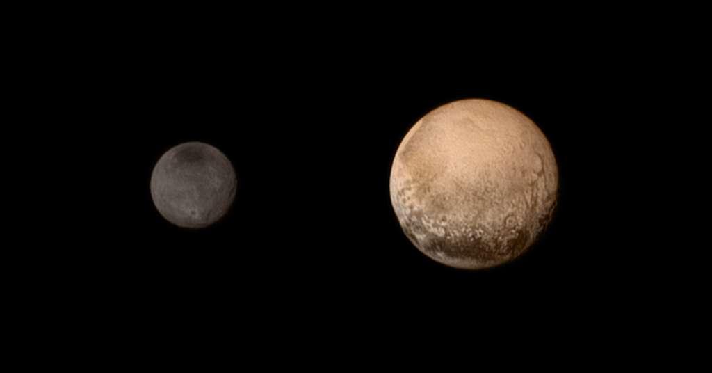 Une image composite de Pluton et Charon réalisée à partir des images en noir et blanc du télescope Lorri (dans le visible) et celles de l'instrument Ralph (en couleurs dans le visible, en infrarouge et dans le proche infrarouge), prises le 11 juillet 2015. © Nasa / JHUAPL / SwRI