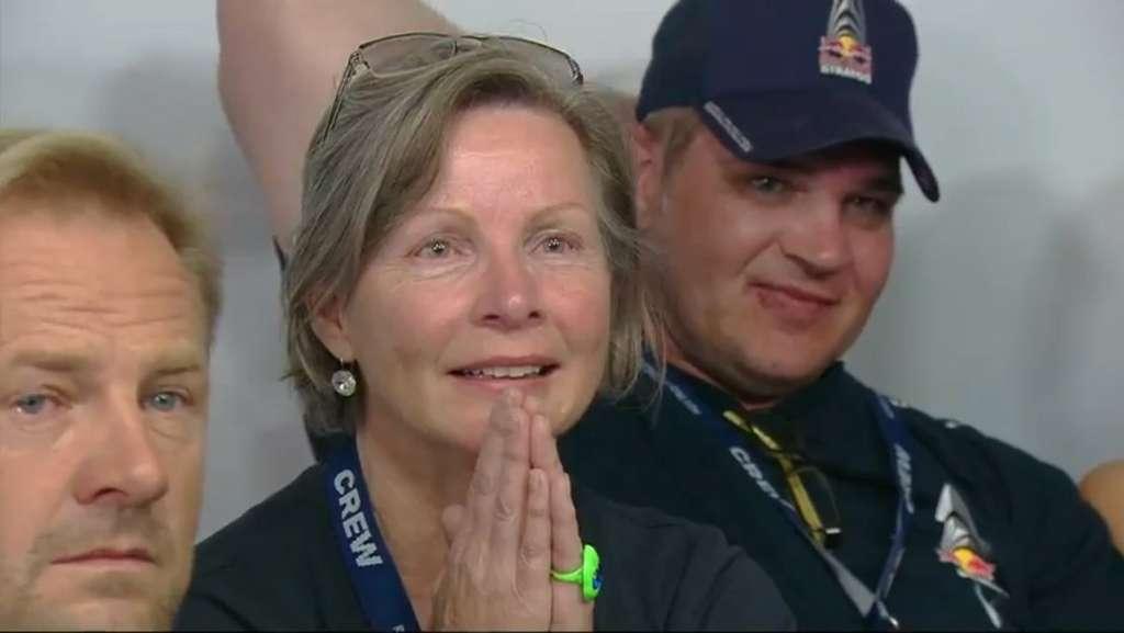 La mère de Felix Baumgartner vient de voir l'ouverture du parachute. © Red Bull Stratos