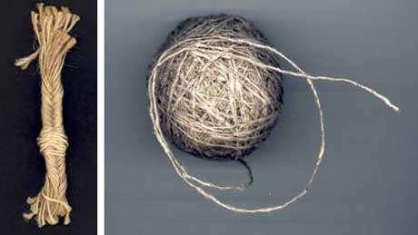 A gauche : Cordage de chanvre - A droite : Pelote de ficelle de chanvre de fabrication artisanale, filé dans une ferme de l'Aveyron au XIXème siècle.