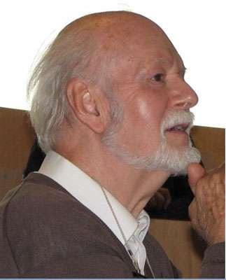 René Thomas, professeur émérite de génétique microbienne à l'Université Libre de Bruxelles, a été le premier microbiologiste à s'intéresser à la dynamique des systèmes non linéaires. Il a mis au point une méthode mathématique (analyse logique généralisée) adaptée à la microbiologie grâce à laquelle il a pu modéliser les modifications épigénétiques de la β-galactosidase, et surtout du phage lambda chez Escherichia coli. Il a ainsi pu montrer l'importance décisive des boucles de rétroaction positive dans tous les processus de transformation épigénétique dynamiques. © Janine Guespin