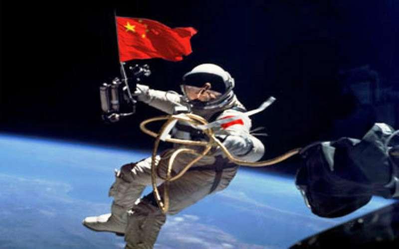 Le drapeau chinois flottant dans l'espace. © CNSA